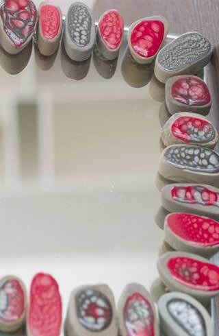 Fiche cr ative miroir d cor de galets peints for Galets plats decoratifs
